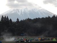富士山麓に集う悍馬の群れ。