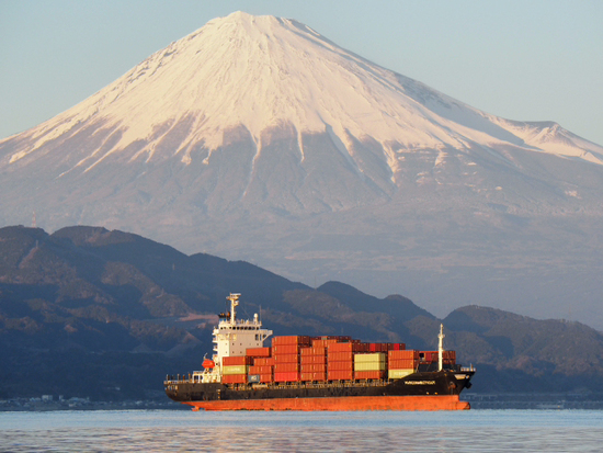 面白・癒しfotoと静岡市からドライブで日帰り出来るおススメ所・普通の所・穴場な所:富士山とコンテナ船(foto 13枚) 三保 圧縮効果?