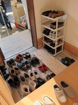 先月玄関が靴であふれてしまったという反省を活かし今月は靴収納とすのこを設置!
